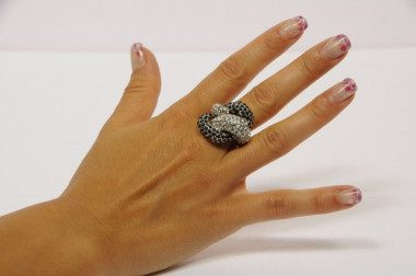 Knot-shaped ring with...